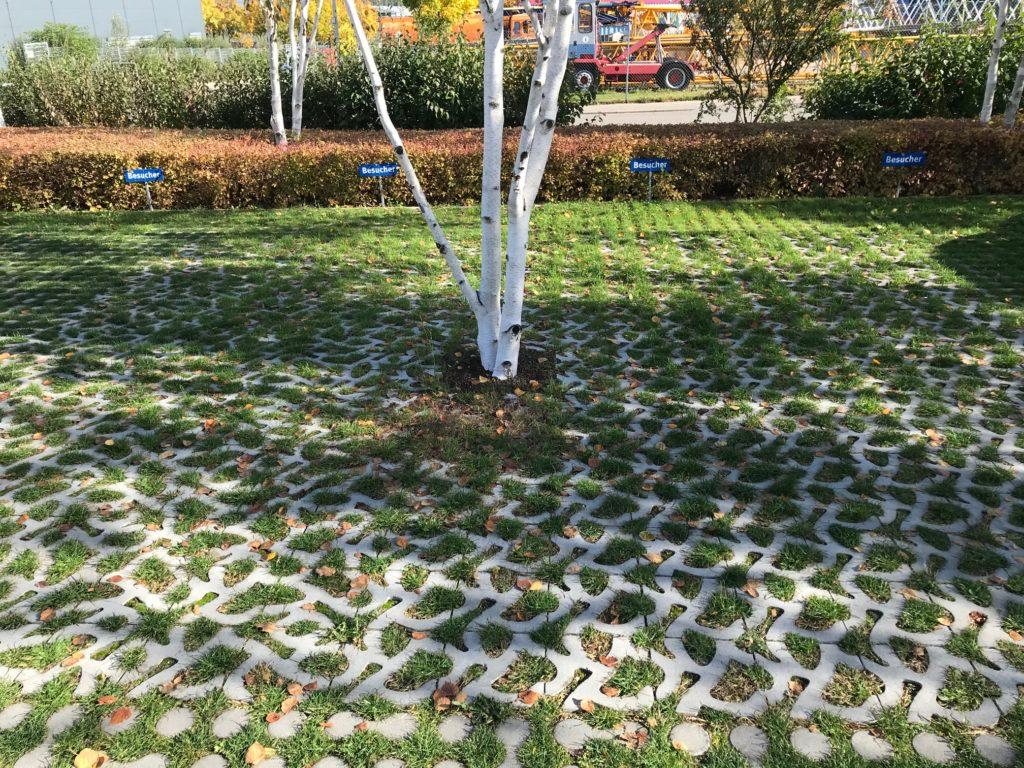 Groen Parkeren met grasbeton voor het vergroenen , klimaatadaptatie en hitte-eilandeffect tegengaan.